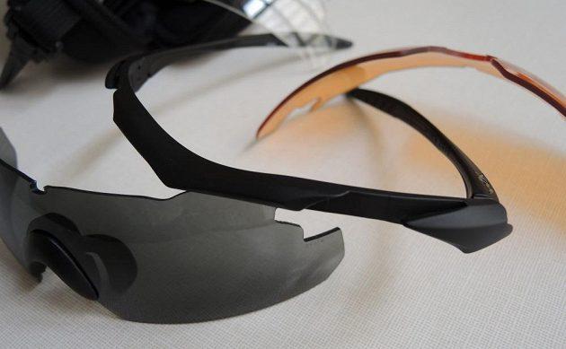 Brýle Wiley X ‒ výměna skel je zpočátku silovou záležitostí.