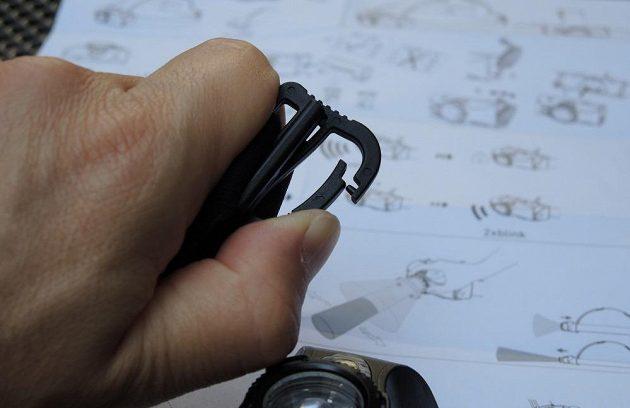 Čtyřbarevná čelovka Ledlenser MH8 ‒ detail karabinky, která je součástí čelenky.