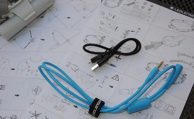 Běžecká čelovka Ledlenser Neo 10R - německy precizně zpracovaný návod a přiložené kabely.