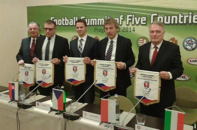 Zástupci pěti středoevropských fotbalových svazů po jednání v Praze, druhý zprava slavný polský fotbalista Zbigniew Boniek.