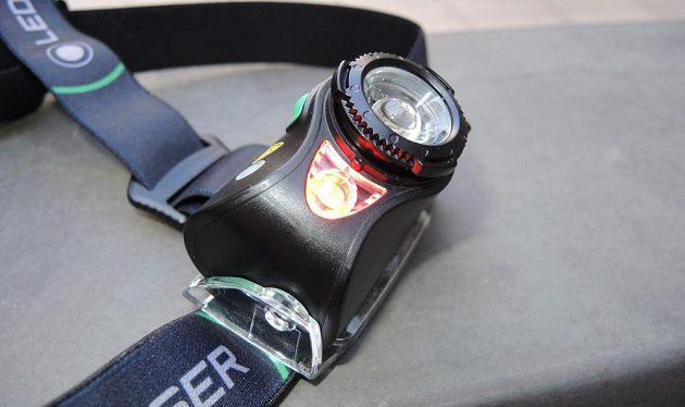 Čtyřbarevná čelovka Ledlenser MH8 ‒ s aktivním červeným světlem.