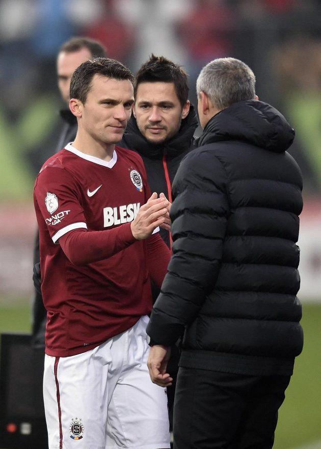 David Lafata a trenér Vítězslav Lavička při střídání kapitána v Jihlavě. V pozadí vedoucí týmu Miroslav Baranek.