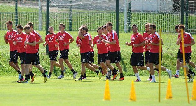 Fotbalisté Slavie během prvního tréninku v Edenu.