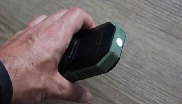 Odolná powerbanka Sandberg Waterproof Powerbank 6000 - nouzová baterka umí konstantně svítit nebo vyblikávat SOS.