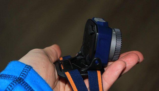 Zoomovací čelovka Fenix HL40R - svítilnu lze vyklopit o více než 90°.