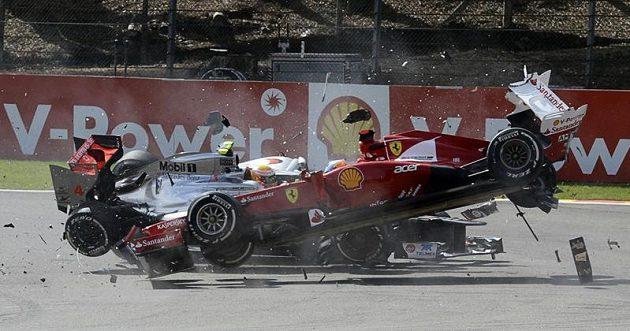 Fernando Alonso (vpředu) kontra Lewis Hamilton, neslavný belgický konec pro dva velké favority...