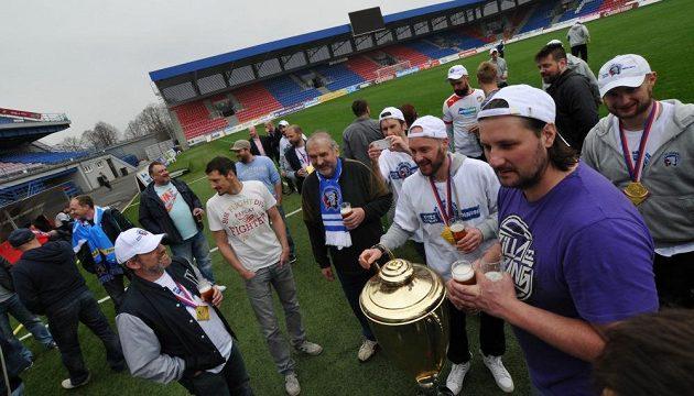 Plzeňské pivo nemohlo při oslavě na trávníku chybět!