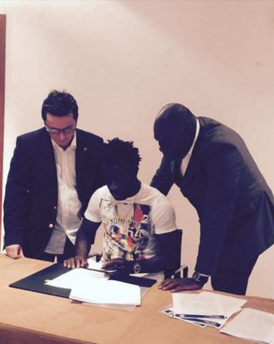 Bony Wilfried pod dohledem svých manažerů (vlevo Dalibor Lacina, vpravo Francis Kacou) podepisuje smlouvu s Manchesterem City.