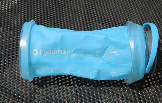 Sbalitelná láhev HydraPak Stash 1l - po rozbalení je trochu zmačkaná, ale to se rychle poddá.