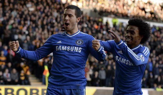 Eden Hazard (vlevo) z Chelsea slaví svůj gól do sítě Hullu, gratuluje mu spoluhráč Willian.