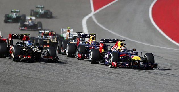 Sebastian Vettel (vpravo) začal i v Austinu hned po startu ujíždět všem...