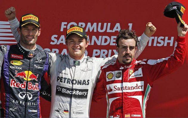 Stupně vítězů - zleva druhý Mark Webber, vítěz Nico Rosberg a třetí Fernando Alonso.