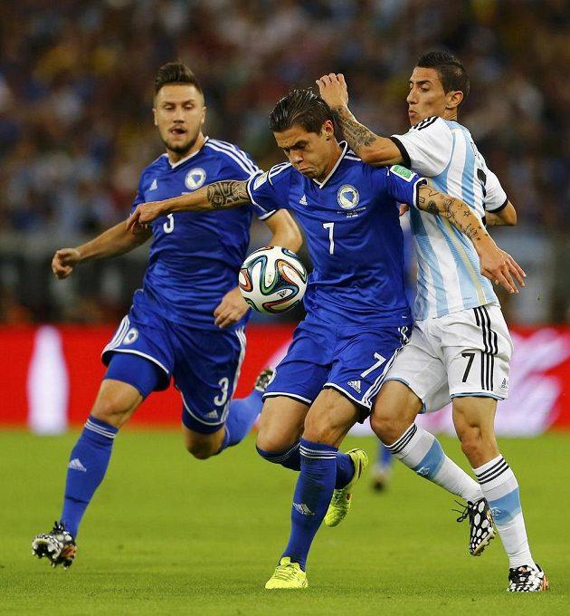 Bosenský Muhamed Bešič (uprostřed) a Argentinec Angel Di María.