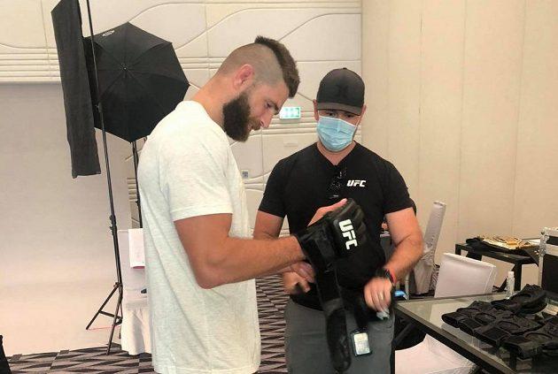 Jiří Procházka při výběru rukavic na premiéru v UFC.