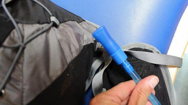 Běžecký batůžek Kilpi Cadence 10L: náústek hadičky.