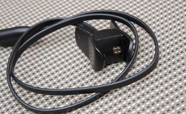 Fitness náramek Garmin vívosmart 3: detail nabíjecího kabelu.