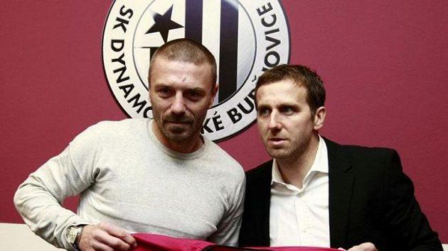 Obránce Tomáš Řepka podepisuje smlouvu s Českými Budějovicemi. Vpravo šéf klubu Karel Poborský.