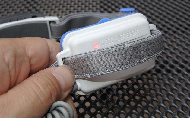 Běžecká svítilna Ledlenser NEO 6R ‒ vzadu bliká malá červená dioda.