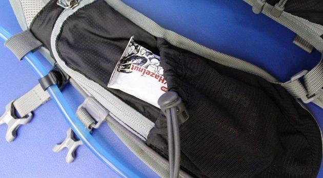 Běžecký batůžek Kilpi Cadence 10L: detail hrudní kapsy.