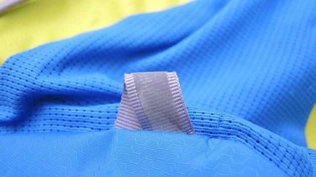 Běžecký batoh/běžecká vesta CamelBak Ultra 10 - detail reflexního nátisku. Na rozdíl od jiných se neloupe ani po dlouhém používání.