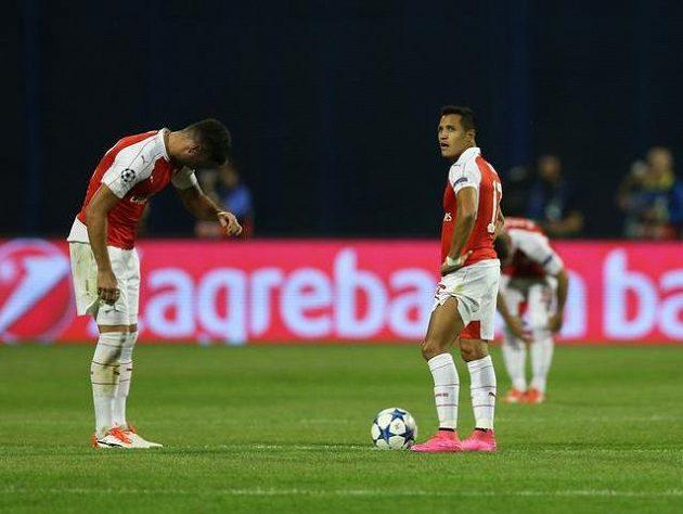 Zklamaní Alexis Sánchez (vpravo) a Olivier Giroud poté, co Arsenal inkasoval gól na hřišti Dinama Záhřeb.