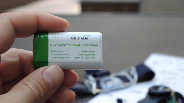 Čtyřbarevná čelovka Ledlenser MH8 ‒ detail akumulátoru.