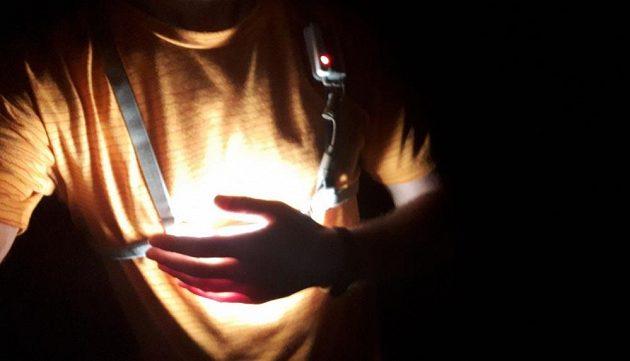 Běžecká svítilna Ledlenser NEO 6R ‒ uchycení na hrudi.