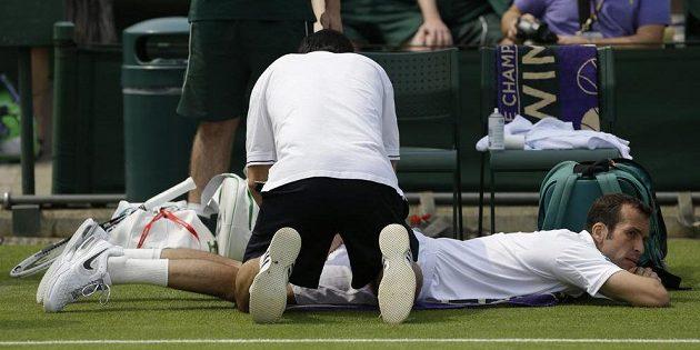 Radek Štěpánek si během 2. kola Wimbledonu musel vyžádat lékařské ošetření. Duel s Polákem Janowiczem nakonec skrečoval.