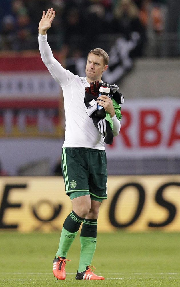 Brankář Manuel Neuer zdraví německé fanoušky.