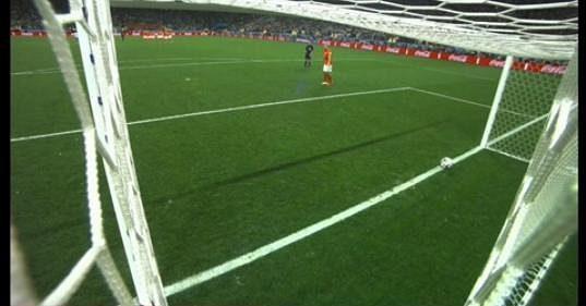 Míč se po zákroku argentinského brankáře Romera po penaltě Nizozemce Vlaara zastavil až na brankové čáře.