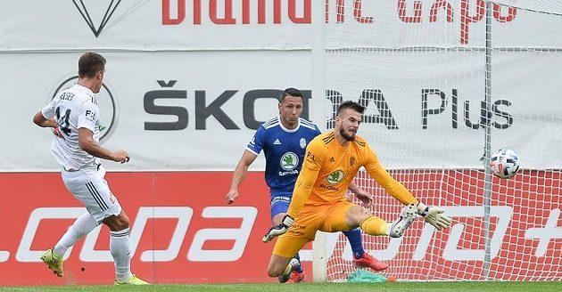 Antonín Růsek z Olomouce (vlevo) střílí gól brankáři Boleslavi Pavlu Halouskovi.