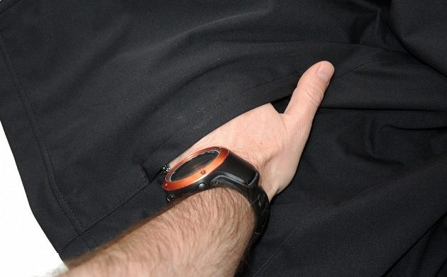 Běžecká bunda Mizuno Alpha Softshell Jacket - boční kapsa může posloužit i jako přídavné odvětrávání.