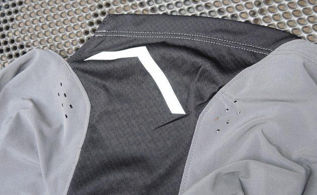 Běžecké trenky Mizuno Aero 4.5 Short - detail boční vsadky s reflexním prvkem.