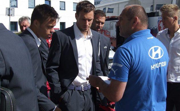 Mladá útočná dvojka Václav Kadlec (vlevo) a Michael Rabušic před odletem v Praze.
