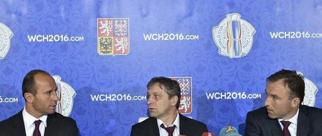 Zleva generální manažer hokejové reprezentace Martin Ručinský, trenér Josef Jandač a asistent Milan Hnilička oznámili zbylých sedm hráčů, kteří si zahrají na Světovém poháru.