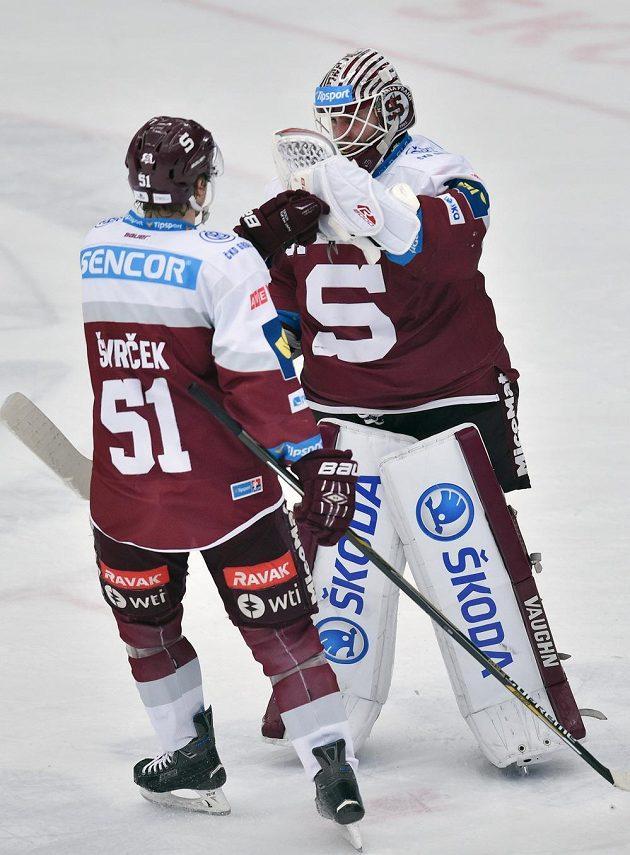 Obránce Sparty Jan Švrček a brankář Filip Novotný se radují z vítězství v Mladé Boleslavi.