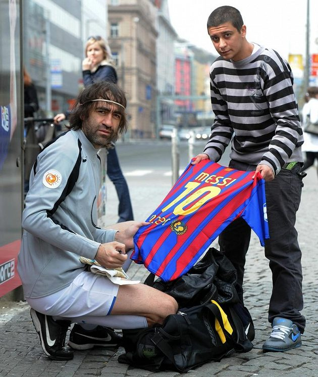 Kája Vachopulos se podepisuje na Messiho dres.