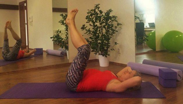 Lehce cvičit hluboké břišní svaly můžete minimálně do 7. měsíce těhotenství. Žádné sedy lehy či sklapovačky. Vleže na zádech se zvednutýma nohama zapojte střed těla přes dýchání (viz. články o core). Nohy pak můžete ve velmi malém rozsahu naklánět ze strany na stranu.