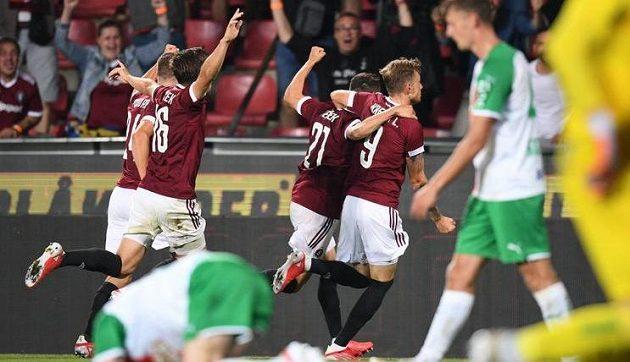 Fotbalisté Sparty slaví druhý gól v síti Rapidu Vídeň v odvetě 2. předkola Ligy mistrů.