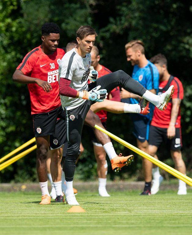 Nové posily Sparty brankář Milan Heča a Benjamin Tetteh během prvního tréninku.