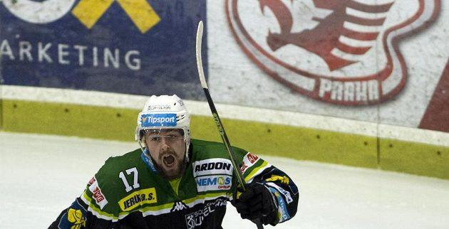 Rostislav Marosz z Karlových Varů se raduje z gólu.