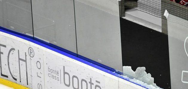 Vystřelený puk rozbil plexisklo, zápas 31. kola hokejové extraligy mezi Pardubicemi a brněnskou Kometou nabral zpoždění.