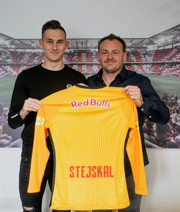 Adam Stejskal (vlevo) prodloužil o tři roky smlouvu se Salcburkem. Vpravo Viktor Schejbal, šéf skautů fotbalového oddělení agentury Sport Invest.