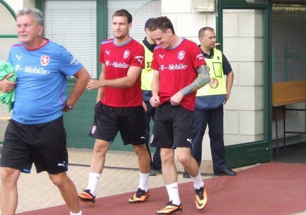 Asistent Josef Pešice přivádí na trénink nováčky Michaela Rabušice a Ondřeje Vaňka.