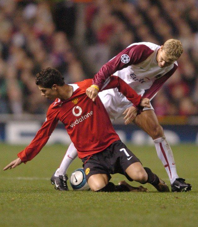 Hlídač hvězdy největší. Cristiano Ronaldo z Manchesteru United (vlevo) a Pavel Pergl ze Sparty během utkání Ligy mistrů na Old Trafford v listopadu 2004.