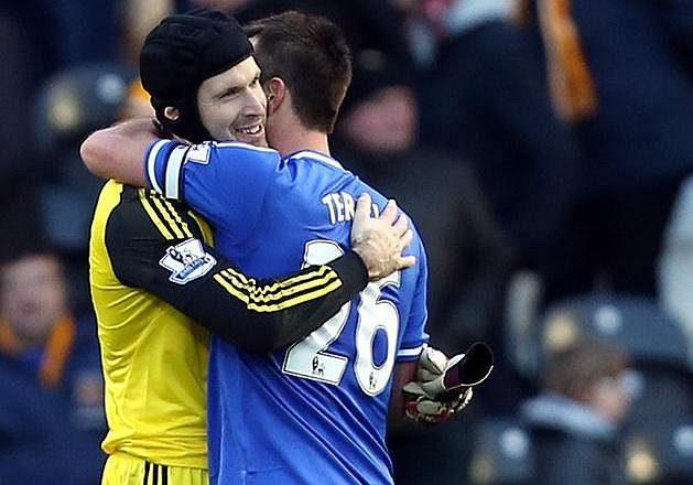 Petr Čech se zdraví s parťákem a kapitánem týmu Johnem Terrym.