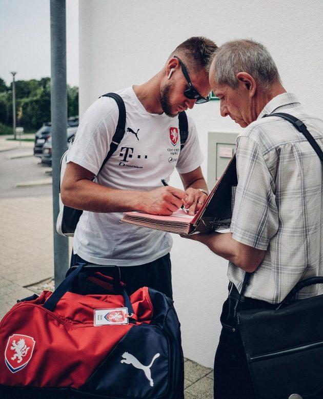 Tomáš Vaclík rozdává autogramy po příjezdu do Rakouska.
