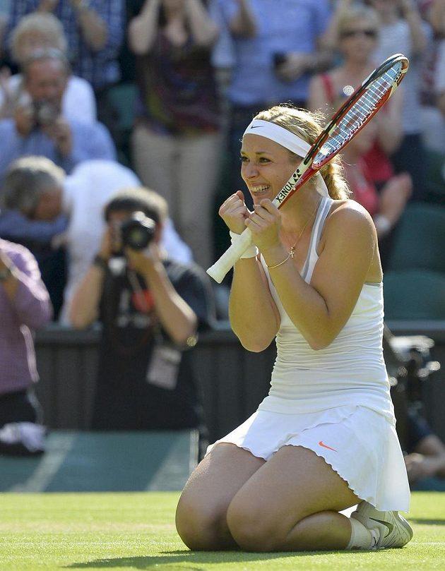 Nadšená Němka Sabine Lisická se raduje z postupu do finále Wimbledonu.