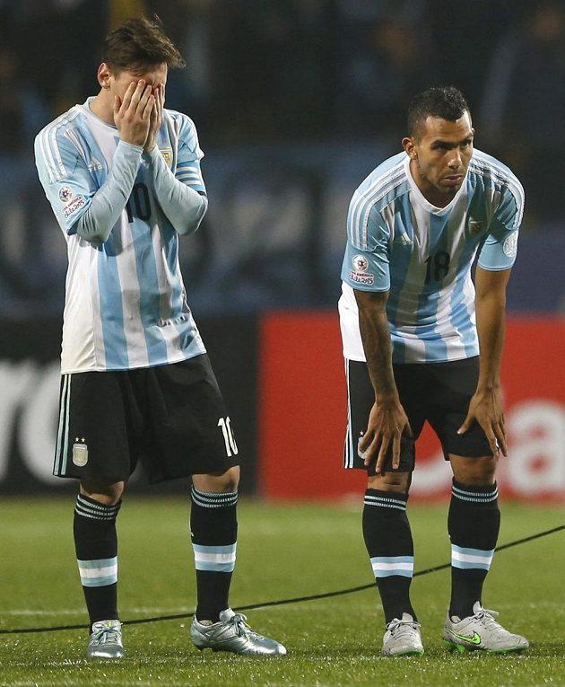 Lionel Messi a Carlos Tévez během penaltového rozstřelu.