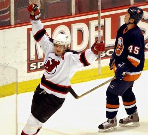 Útočník Patrik Eliáš oslavuje svůj gól v play NHL 2003.